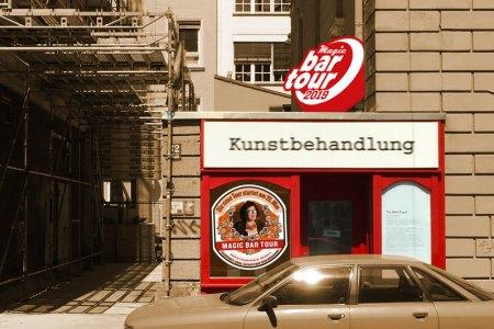 Fassade der Galerie Kunstbehandlung zur Magic Bar Tour 2019, München